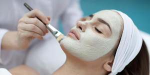 Ekologisk ansiktsbehandling med grönleramask