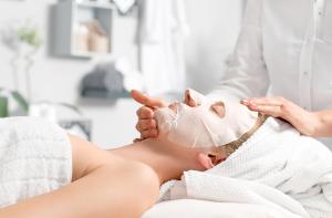 Ansiktsbehandling mot åldrande med nano-cellulär mask